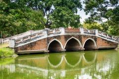 Gammal fot- bro i Ayutthaya Arkivfoton