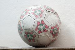 Gammal fotboll Arkivbild