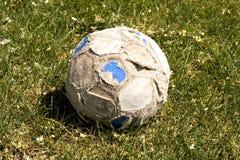 gammal fotboll för bollgräs Arkivbild