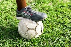Gammal fotboll på gräsfält Royaltyfri Fotografi