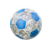 Gammal fotboll som isoleras på vit Arkivfoto
