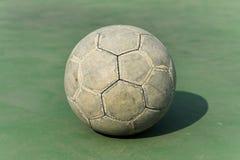 Gammal fotbollboll Arkivbild