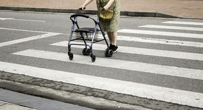 gammal fotgängarekvinna royaltyfria bilder