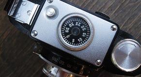 Gammal fotokamera på träbakgrund Retro stilaffisch för tappning Arkivbild