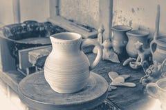 gammal fototappning Leratillbringare på en närbild för hjul för keramiker` s tappning för gammal stil Arkivbilder