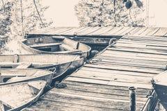 gammal fototappning Några gamla enkla fartyg på pir Royaltyfri Fotografi