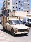 Gammal fransk bil i Monastir, Tunisien arkivbild