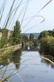 Gammal fransk bro över floden Arkivfoton