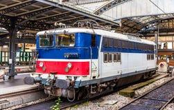 Gammal fransk elektrisk lokomotiv på Paris-Est Arkivbilder