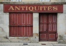 Gammal franska stängd med fönsterluckor lagerframdel i rött arkivfoton