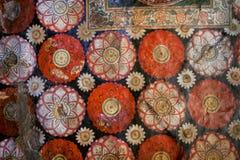 Gammal freskomålning med blommor och den färgrika dekoren på tak av den forntida templet för Buddha Sri Lanka klosterbroderkonstv Royaltyfri Bild