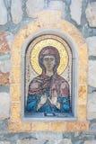 Gammal freskomålningmosaik på ingången till den ortodoxa kyrkan Arkivfoto