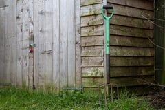 Gammal friggebod och rosta den trädgårds- gaffeln Arkivfoton