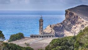 Gammal fyr av Ponta DOS Capelinhos Azores royaltyfri bild
