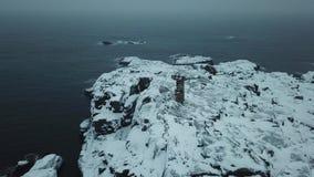 gammal fyr KustBarents hav Liggande med en sten i vattnet Vinterlandskap för arktiskt hav arkivfilmer