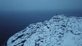 gammal fyr KustBarents hav Liggande med en sten i vattnet Vinterlandskap för arktiskt hav stock video