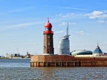 Gammal fyr och moderna byggnader på Bremerhaven Royaltyfri Fotografi