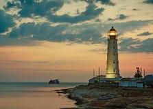 Gammal fyr på havskust Royaltyfri Foto