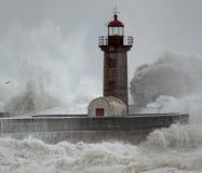 Gammal fyr under tung storm Arkivbilder