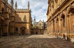 Gammal gård av Oxford universitetet mellan gudomskola och den Sheldonian teatern oxford england royaltyfri bild