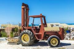 Gammal gaffeltruck i en konstruktionsplats i Sicilien, Italien Fotografering för Bildbyråer
