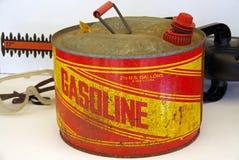 Gammal gas kan med häckbeskäraren Royaltyfri Foto