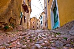Gammal gata för Adriatiska havet stadVrbnik sten Arkivfoton