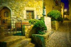 Gammal gata för natt i den forntida staden av den medeltida fästningen Vila V Royaltyfri Fotografi