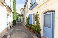 Gammal gata i Arles, Frankrike arkivbilder