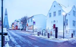 Gammal gata i centrala Reykjavik på skymning, Island I bakgrundskyrkan av Hallgrimur Arkivbilder