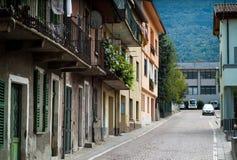 Gammal gata i Colico Arkivbild