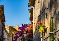 Gammal gata i den Sant Marti Empuries byn, Costa Brava catalonia spain arkivbilder