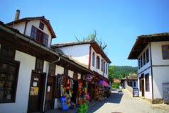 Gammal gata i den Tryavna staden, Bulgarien Arkivfoton