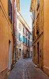 Gammal gata i det historiska centret av Izola fotografering för bildbyråer