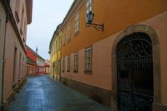 Gammal gata i Eger, Ungern Arkivfoto