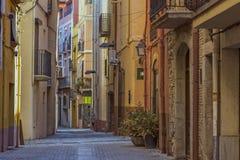 Gammal gata i en liten spansk stad Palamos i Spanien royaltyfri foto