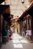 Gammal gata i Fez, Marocko Arkivbild