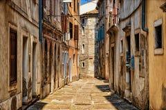 Gammal gata i historisk mitt av Izola den gamla staden Slovenien royaltyfria bilder