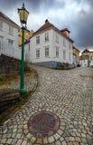 Gammal gata i historiskt område av Bergen royaltyfri fotografi