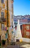 Gammal gata i Lisbon Arkivfoton