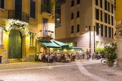 Gammal gata i Milan på natten Arkivfoton