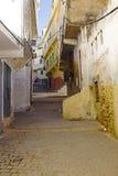 Gammal gata i Moulay Idriss i Marocko. Arkivbild