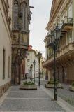 Gammal gata i Prague på morgonen som är i stadens centrum arkivbilder