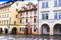 Gammal gata i Prague på morgonen som är i stadens centrum, Tjeckien, europeiskt lopp royaltyfri bild