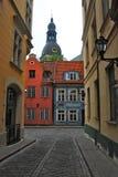 Gammal gata i Riga, Lettland Arkivbild