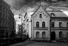 Gammal gata i svartvitt Dramatisk tappningstil arkivbilder