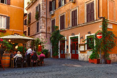 Gammal gata i Trastevere i Rome royaltyfria foton