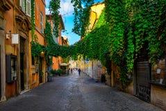 Gammal gata i Trastevere, Rome arkivbilder