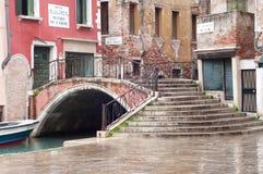 Gammal gata i Venedig, Italien Arkivfoton