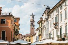 Gammal gata med historiska hus i Verona, Italien Royaltyfria Bilder